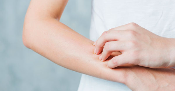 vörös foltok jelennek meg a kéz hámló ujjai között)