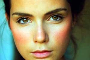 hogyan lehet eltávolítani egy vörös foltot az arcon a szemhéjon vörös foltok hámozódnak