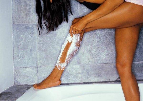 miért jelennek meg vörös foltok, amikor borotválja a lábát?