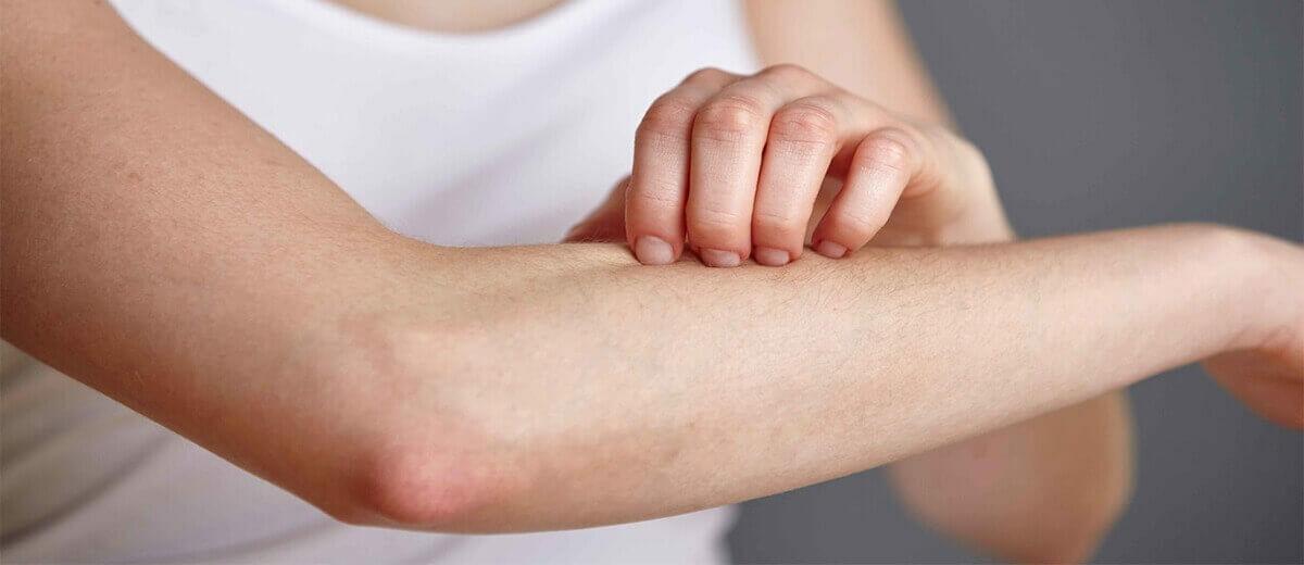 vörös foltok jelentek meg a lábak végtagjain a test bőrét vörös foltok borítják